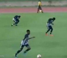 بالفيديو.. البرق يصعق لاعبيْن أثناء مباراة كرة قدم