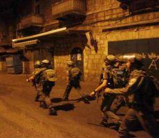 قوات الاحتلال تعتقل عشرة مواطنين على الأقل من الضفة