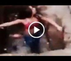 بالفيديو .. عراك بين فتاتين ينتهي بسقوط إحداهما في بالوعه