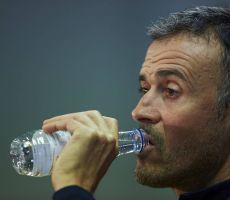 برشلونة يستعد للإطاحة بمدربه إنريكي بعدما توفّر البديل