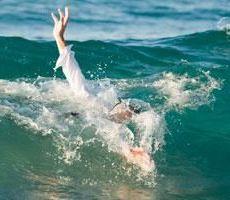 دبي: رجل يمنع إنقاذ ابنته من الغرق ويتركها تموت خوفا على شرفها