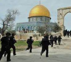 الاحتلال يقتحم الأقصى ويعتدي على المصلين ويصيب عددا منهم