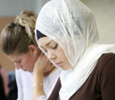 مسلمو فرنسا لبناتهم: اخلعن الحجاب.. ولا تتحدثن في الدين