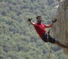فيديو ..لاجئ فلسطيني بساق واحدة يتسلق جبل ايفرست من أجل الحفاظ على مدرسة تابعة للاونروا