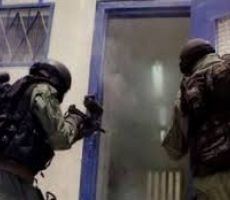 احتجاجاً على أجهزة التشويش ..توتر شديد في معتقل 'ريمون' وحرق 10 غرف