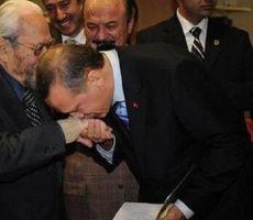 حقيقة تقبيل أردوغان ليد ملك الماسونية