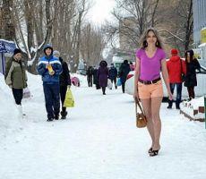 تحافظ على شبابها بملابس صيفية في الشتاء