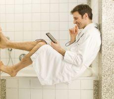 الرجل يتأخر في الحمام لأسباب تجهلها النساء..بعض المعلومات ستصدمكم