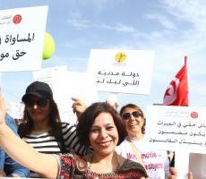 يُردن المساواة بالرجال.. نساء تونسيات يتظاهرن لتعديل قانون المواريث