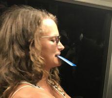 صورة تجتاح الانترنت… ماذا فعلت هذه المرأة لرجل في القطار؟