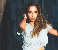 مغنية سعودية تتحدى التقاليد وتغني من أجل حقوق المرأة
