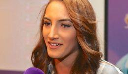 فيديو| هذا ما كشفته لاعبة التنس العُمانية فاطمة النبهاني فور وصولها السلطنة بعد انسحابها من بطولة بفرنسا