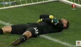 صور:هل تظاهر حارس مرمى تونس بالإصابة في موعد الإفطار؟