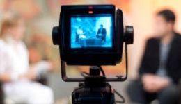 موقف محرج للغاية..مذيعة شهيرة تظهر ملابسها الداخلية على الهواء مباشرة-بالفيديو