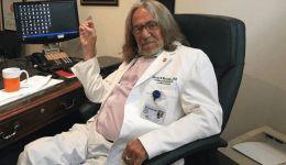 وفاة طبيب ترامب.. كاشف سر 'الشعر الكثيف'