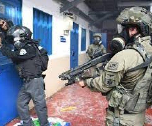 قوات القمع تقتحم سجن 'عوفر' وترش الأسرى بالغاز