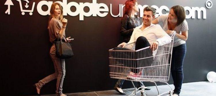 في فرنسا: النساء تتسوق وتشري رجال حقيقيين يتم عرضهم على الواجهة!