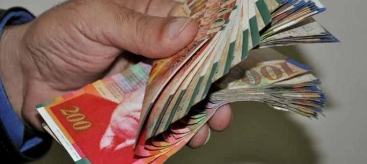 الدولار يتجاوز الاربعه شواقل