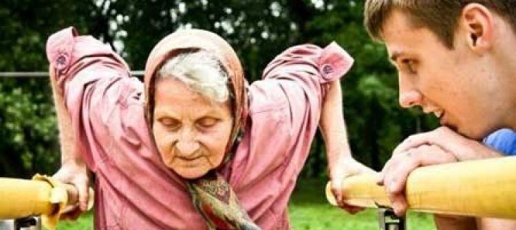 جدة سبعينية تدمن ممارسة ألعاب الكمبيوتر ببريطانيا