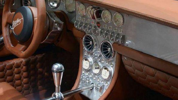 صور: السيارة التي جذبت أنظار ملك الأردن ليجلس بداخلها