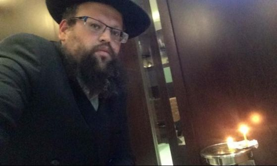 بالفيديو.. حاخام يهودي يُحيي مناسك عيد 'الحانوكا' في مطار أبوظبي بموافقة السلطات