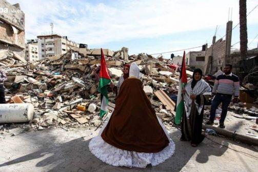 شيماء عروس تزف من على أنقاض منزلها المدمر وسط مدينة غزة