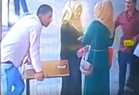 فيديو  شاب أردني يضرب فتاةً أمام المارة بعد مُشادةٍ بينهما … والأمن يكشف تفاصيل ما جرى