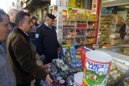 الشرطة تشرع بتنظيم السوق الشرقي في نابلس