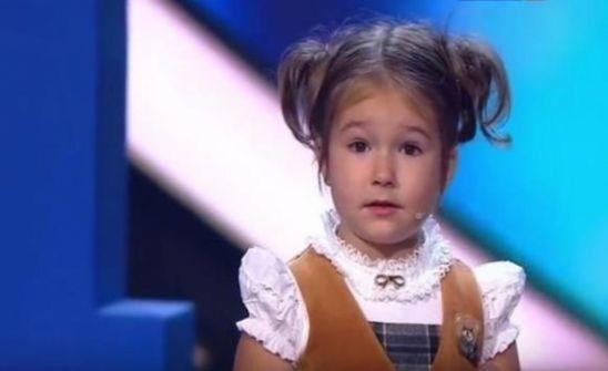 قصة طفلة روسية تتحدث 7 لغات - فيديو