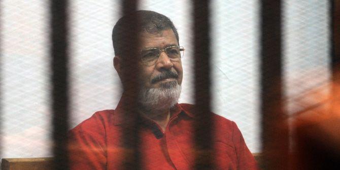 فقد البصر وسقط مغشيا عليه أمام القضاة.. الإندبندنت: مرسي يواجه خطر الوفاة المبكرة