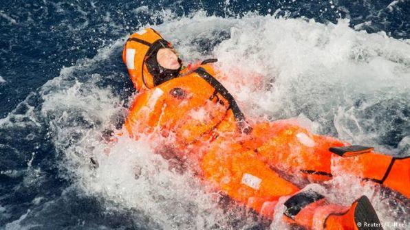 وزيرة نرويجية تقذف نفسها في البحر لتفهم معاناة اللاجئين