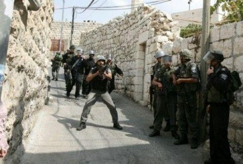 الجيش الإسرائيلي يعتقل فلسطينيين اثنين ويحرق أراضي زراعية جنوب الضفة