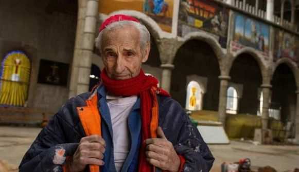 راهب اسباني يبني منذ 50 عاماً كاتدرائية من المواد المعاد تدويرها