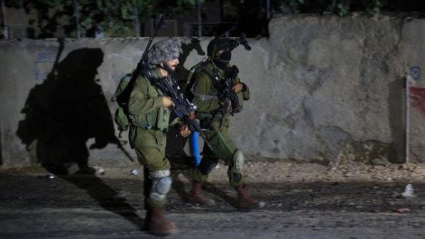 الاحتلال يشن حملة اعتقالات كبيرة في الضفة والقدس ومعاينة منزل منفذ عملية عتصيون