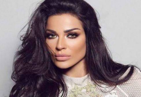 فيديو ..مليون مشاهدة.. نادين نجيم تؤدي 'رقصة كيكي' مع صديقتها في اليونان