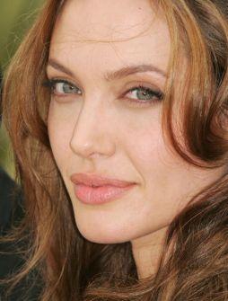 أنجلينا جولي تتبرع بمائة ألف دولار للاجئين السوريين