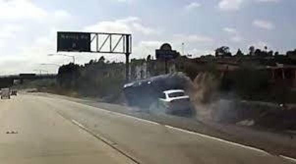 بالفيديو.. تلاسن بين امرأتين ينتهي بتصادم سيارتيهما وانقلابهما