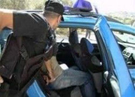 القاء القبض على مواطن بحوزته مواد تموينية منتهية الصلاحية وسجائر مهربة في الخليل
