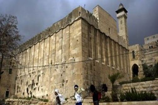 قوات الاحتلال ترفع العلم الإسرائيلي على سور الحرم الإبراهيمي