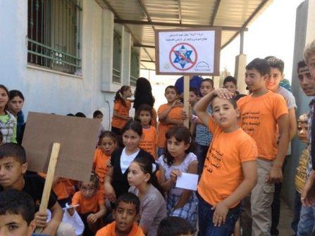 الاغاثة الزراعية و اطفال مخيم صيفي بيت دجن يطالبون ادارة المدرسة بعدم بيعهم بضائع اسرائيلية