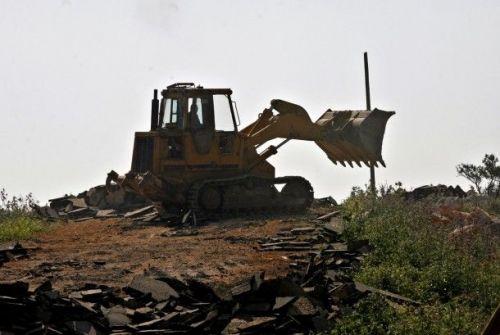 مستوطنون يشرعون بزراعة اراض في الخضر للاستيلاء عليها