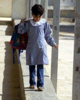 تلاميذ بغزة يتوجهون إلى مدارسهم بزي وحقائب قديمة