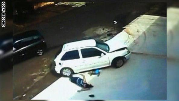فيديو: طفل وجدته ينجوان بأعجوبة من حادثة دهس