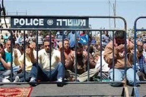الإحتلال يمنع من هم دون سن الـ50 من دخول المسجد الأقصى