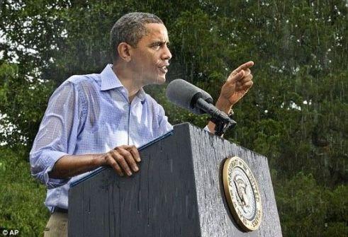 بالصور.. أوباما يغرق في المطر أثناء إلقائه خطاباً لمؤيديه
