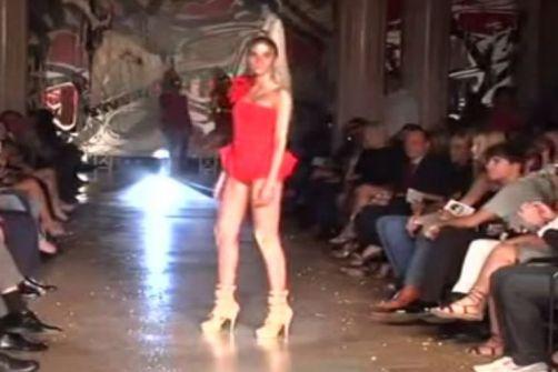 فيديو..أسوء لحظة في حياة عارضة أزياء