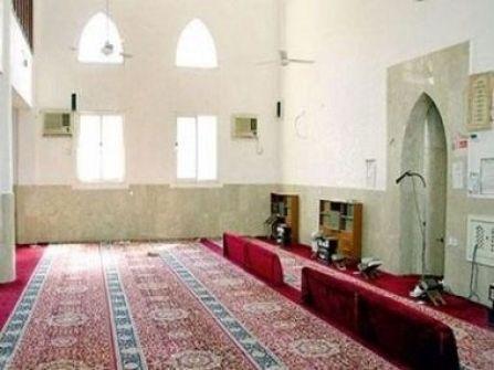 مسجد بمكة يصلي الظهر بدلا من الجمعة