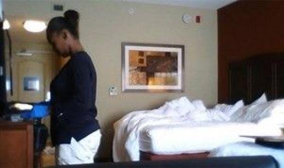 بالفيديو.. هذا ما تقوم به عاملات غرف الفنادق في غيابكم