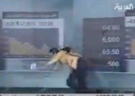 شاهد الفيديو : مذيعة الاخبار الاقتصادية بالعربية تسقط اثناء النشرة