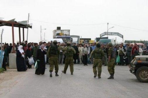 الاحتلال يعتقل 4 مواطنين وينصب حاجزا عسكريا قرب الجامعة العربية الأمريكية